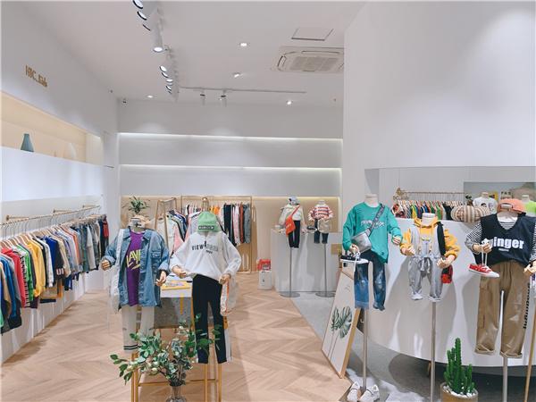 花田彩童装店铺展示